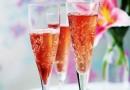 «Кир Рояль» — коктейль из шампанского с ликером на основе ягод черной смородины