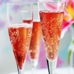 «Кир Рояль» - коктейль из шампанского с ликером на основе ягод черной смородины