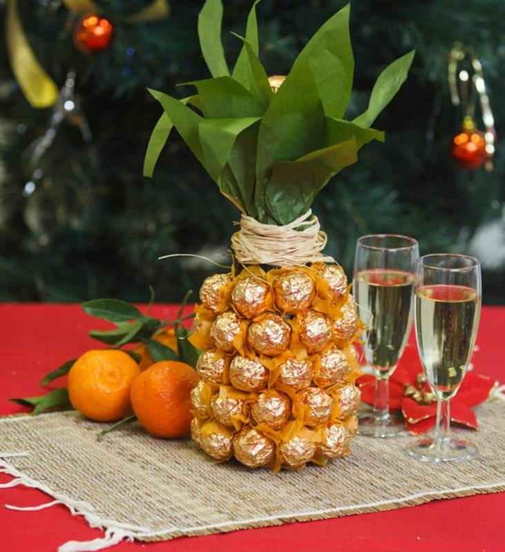 Как сделать ананас из конфет и шампанского своими руками