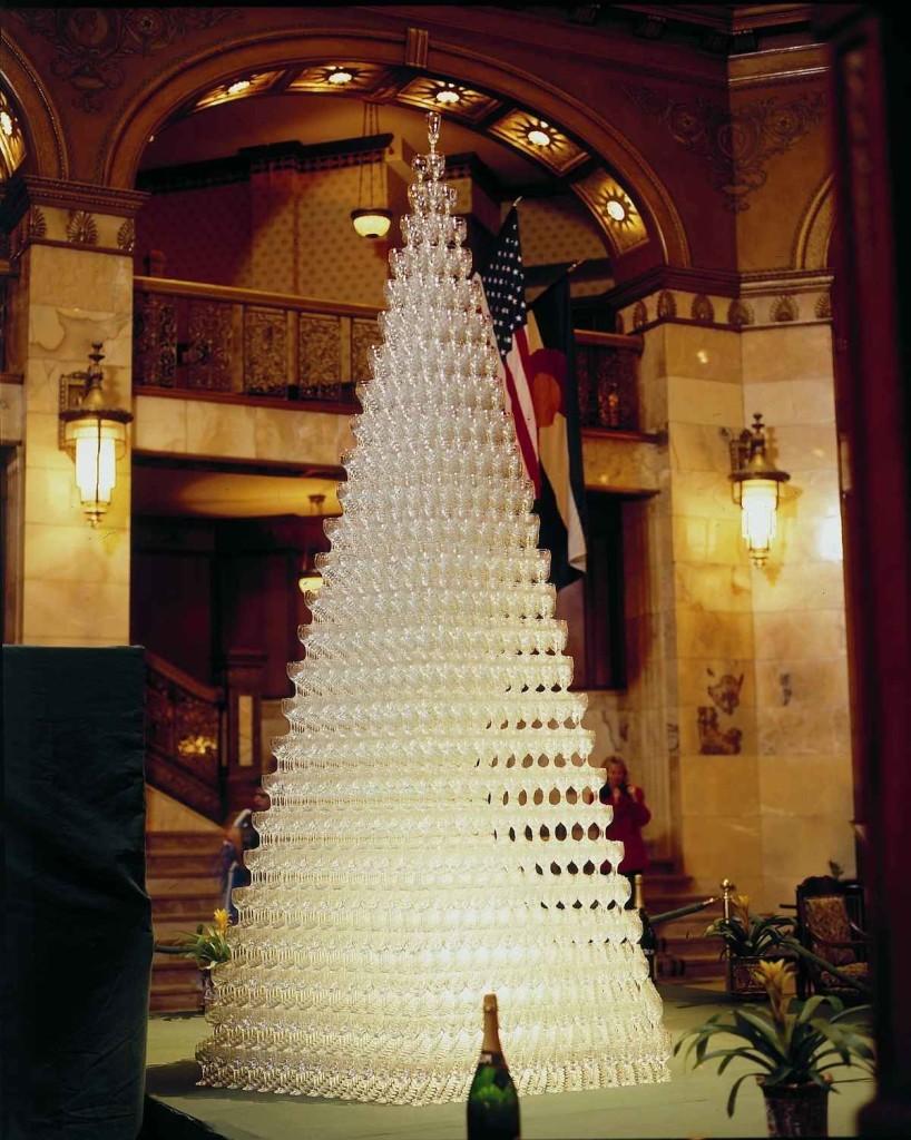 Огромная пирамида из шампанского