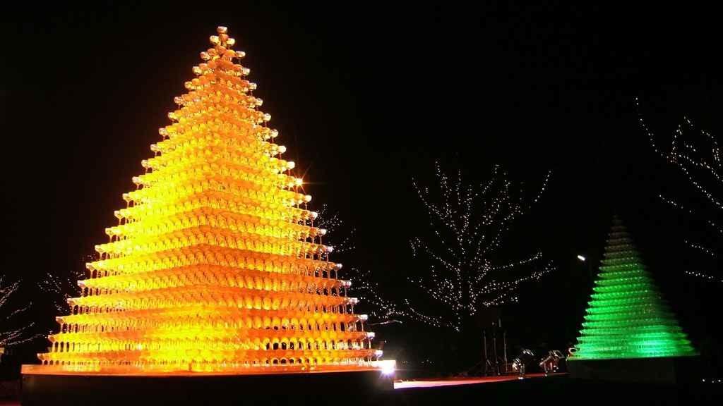 Пирамида из бокалов шампанского с подсветкой