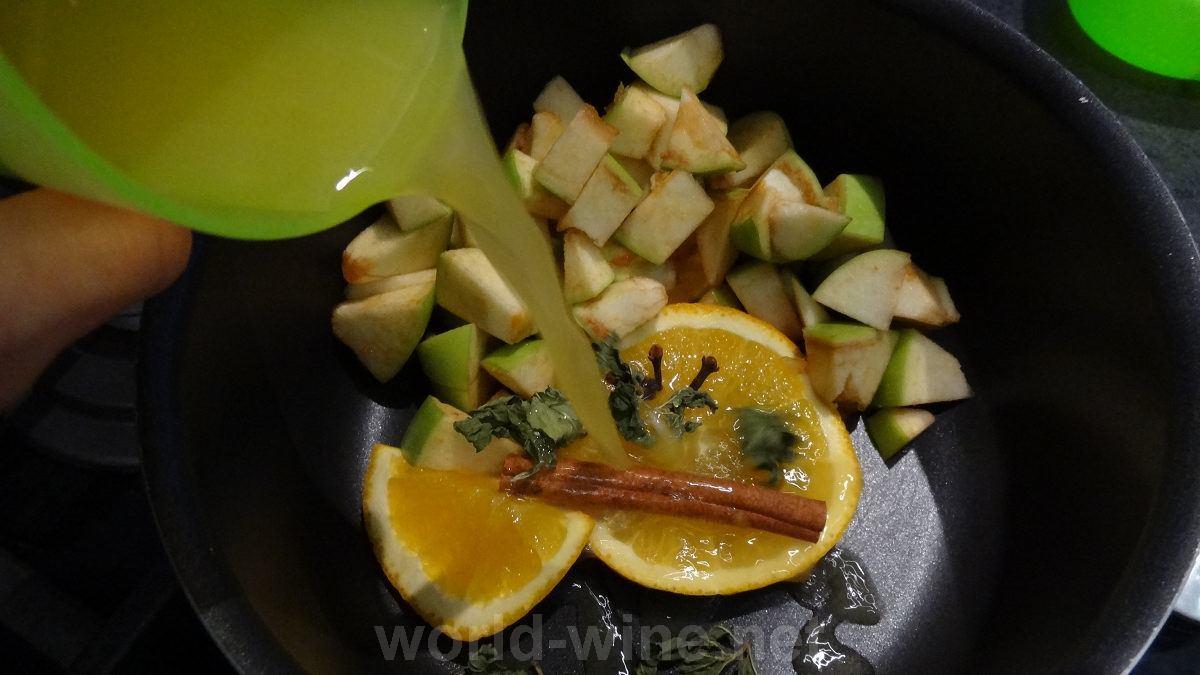 Приготовление глинтвейна - добавляем апельсиновый сок