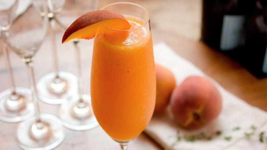 Коктейль «Беллини» с шампанским и персиковым пюре