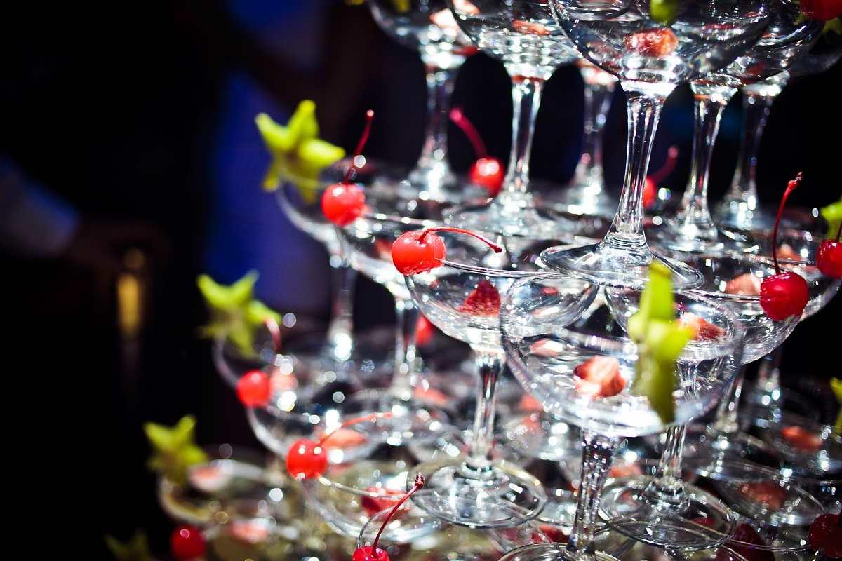 Новогодняя пирамида из шампанского